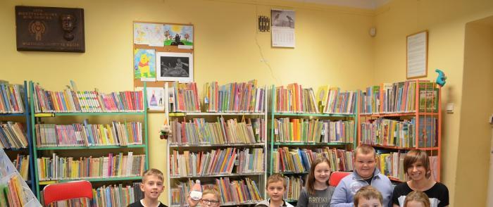 Lekcja biblioteczna dla dzieci z Publicznej Szkoły Podstawowej w Błędostowie